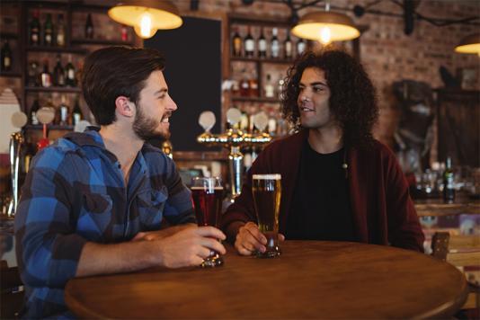 2 hommes parlent au chiot