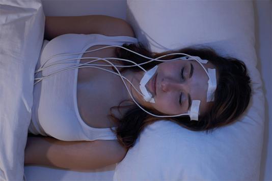 Femme dans le laboratoire du sommeil